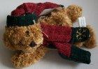 Bär liegend mit Schal und Mütze